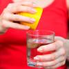 Вода с лимоном: где заканчивается польза и начинается миф?