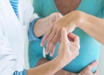 Какие врачи помогут при заболеваниях суставов плеча, позвоночника и коленей