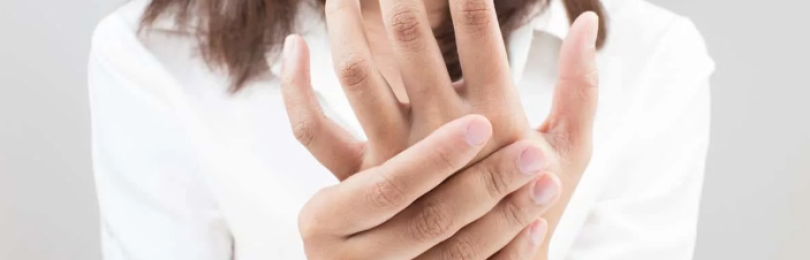 Почему немеют руки и как это лечить?